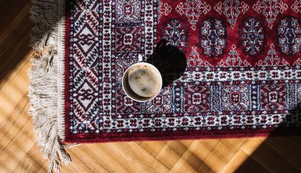 Bilde av et teppe med en kaffekopp oppå